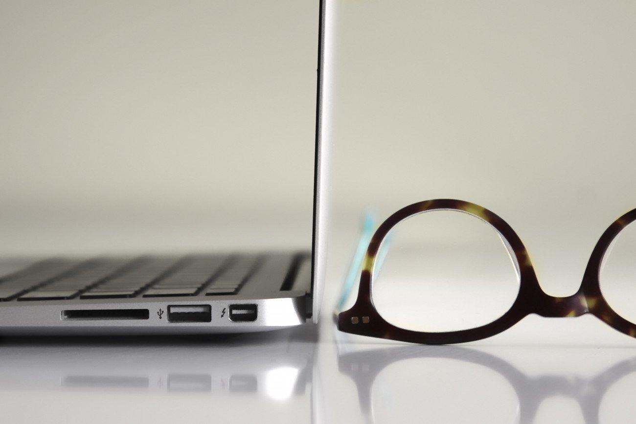 blue-light-blockng-glasses-computer